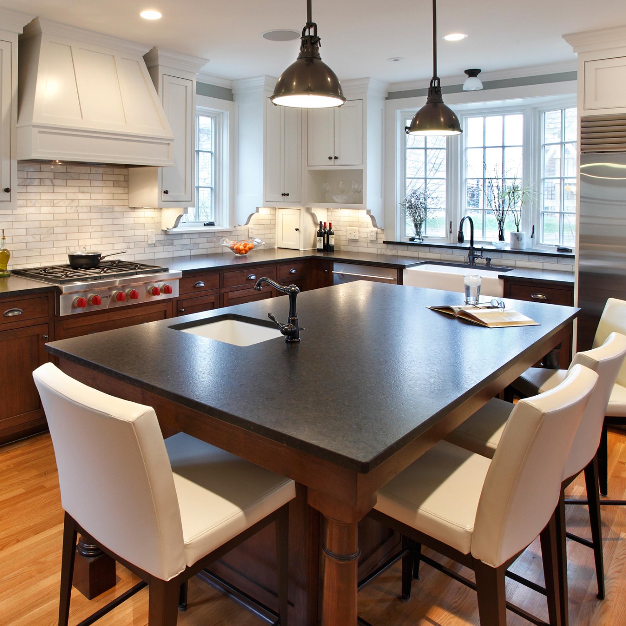 Кухонный стол посередине